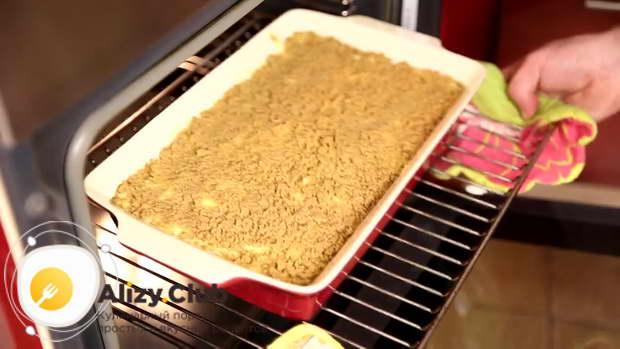 Запекайте картофельную запеканку в духовке 20 минут