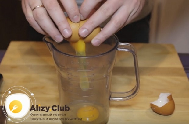 Соус для заправки салата Цезарь готовится на основе яиц либо желтков.