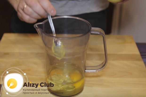 В классическом рецепте вкусной заправки для салата Цезарь используется горчица.