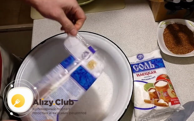 высыпаем в миску соль