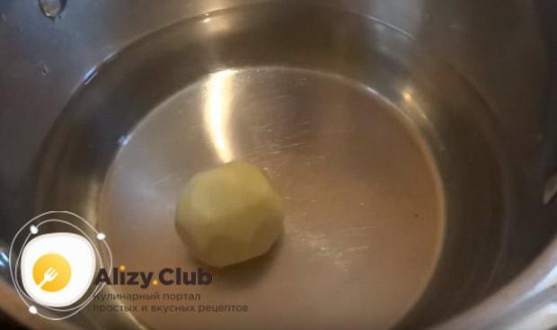 на дно кастрюлю кладем картофелину