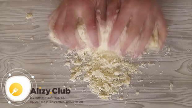 Припудриваем стол 50 граммами муки, выкладываем на него тесто и теперь уже вымешиваем руками 8-9 минут