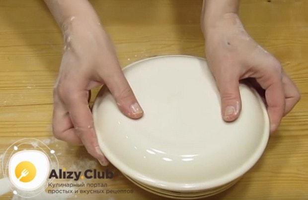 Накрываем тесто миской и даем ему отдохнуть перед лепкой вареников.