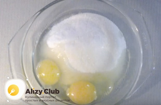 Чтобы приготовить заварной сметанный крем пломбир, соединяем яйца с сахаром.