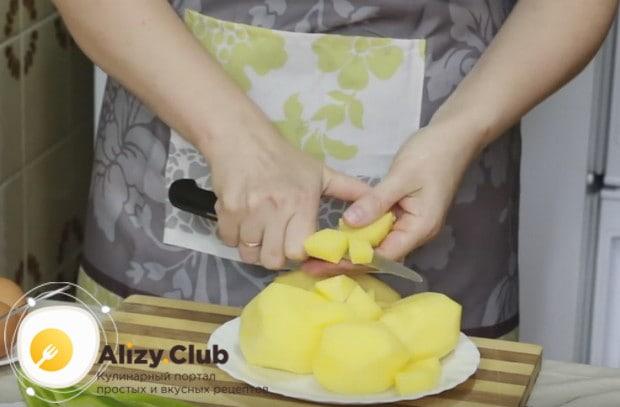 Перед тем, как готовить зеленый борщ, подготавливаем все овощи, начиная с нарезки картофеля.