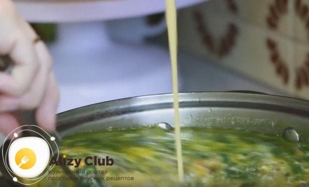 Тоненькой струйкой вливаем сметанно-яичную массу в борщ при постоянном помешивании.