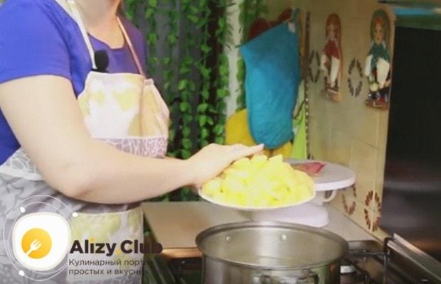 В кастрюлю с кипящим бульоном закладываем картофель.