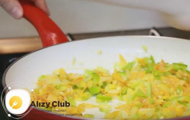 Лук, морковку и перец пассеруем на сковороде с растительным маслом.