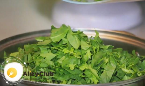 Теперь выкладываем нарезанный соломкой шпинат.