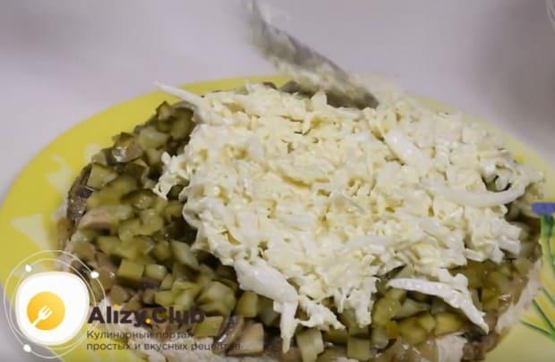 Заправив капусту соусм, выкладываем ее следующим слоем салата.