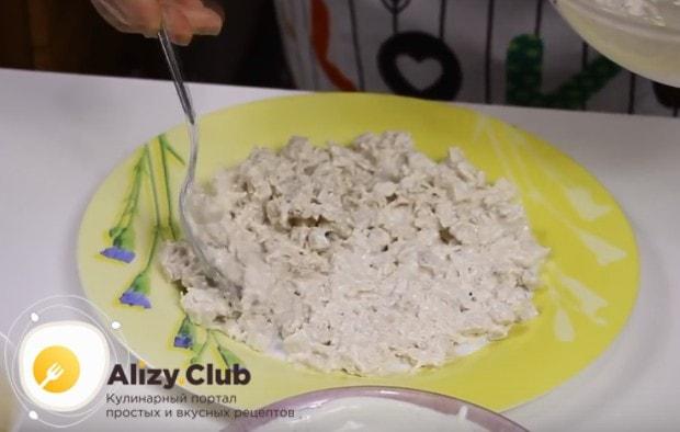 Выкладываем слой филе на блюдо.