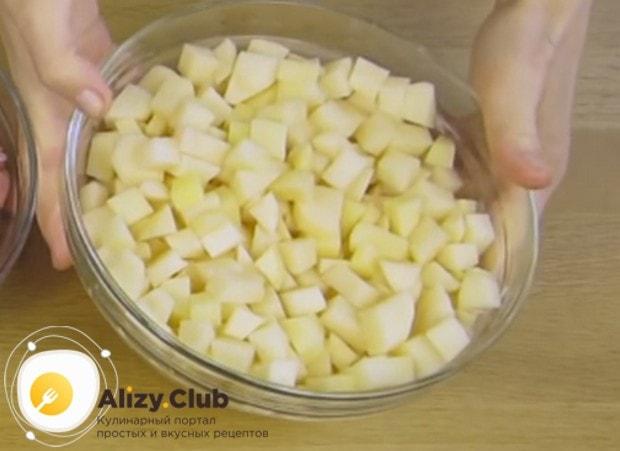 Кубиком режем картошку.