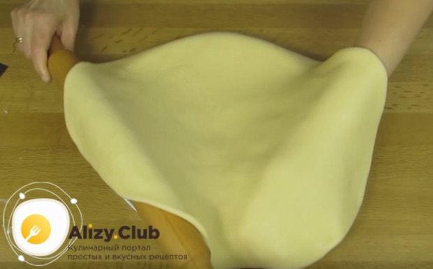 Аккуратно переносим основу для пирога на форму при помощи скалки.