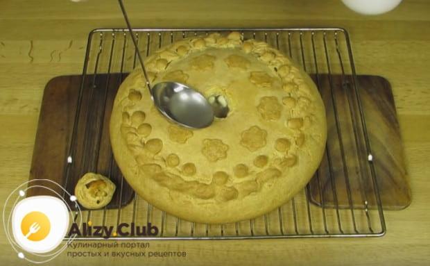 Заливаем внутрь пирога также горячий бульон.