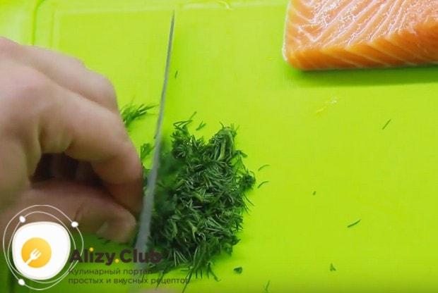 Приготовим начинку для блинов с рыбой и сливочным сыром.