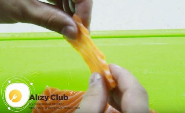 Филе лосося нарезаем тоненькими слайсами.