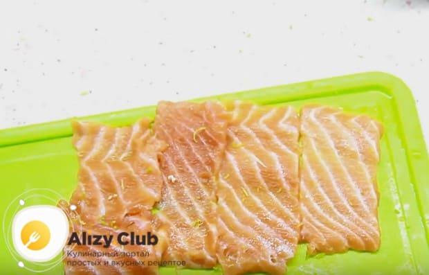 Натираем на кусочки рыбы немного цедры лайма.