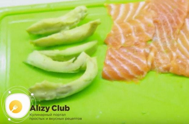 Четверть авокадо очищаем от кожуры и нарезаем ломтиками.