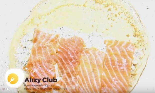 На сыр выкладываем ломтики рыбы.