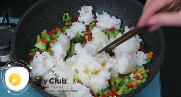 Добавить 400 г отварного риса и снова перемешать