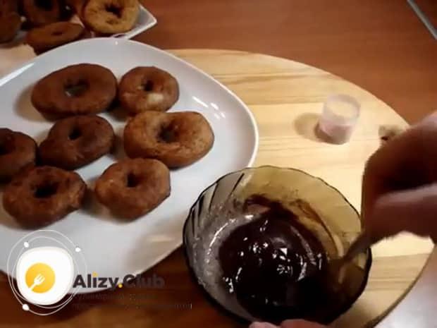 Для приготовления пончиков по классическому рецепту с фото, приготовьте глазурь