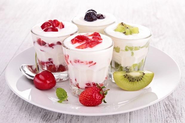 По рецепту для приготовления йогурта в мультиварке, подготовьте ягоды или фрукты для украшения