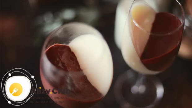 как подавать шоколадно–ванильную панакоту
