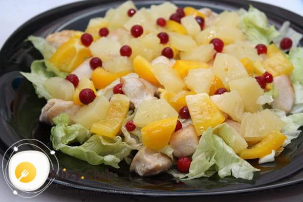 Готовим салат с ананасом и крабовыми палочками слоями по подробному рецепту