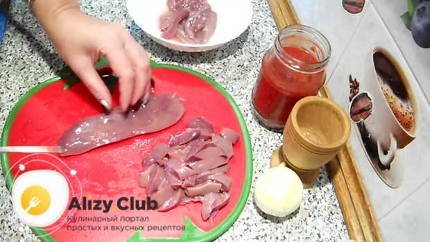 Нарезаем свиные почки небольшими полосочками одинаковой ширины