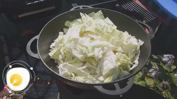 Солим мясо, перемешиваем и добавляем 2 кочана капусты
