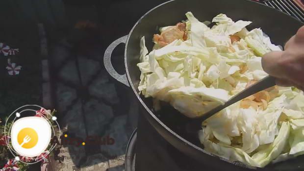 Перемешиваем и обжариваем капусту с мясом вместе