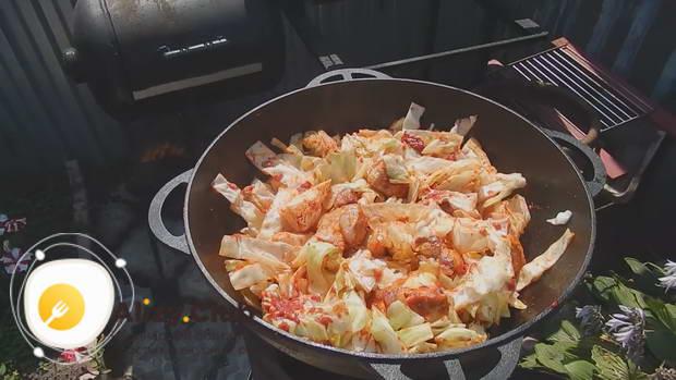 Добавляем 3 столовые ложки томатной пасты