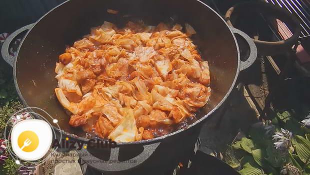 Обжариваем капусту с мясом минут 7-10