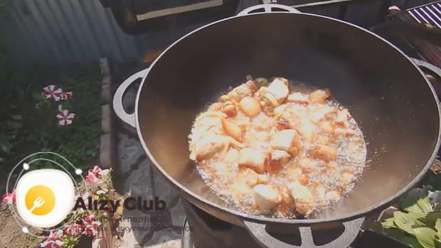 Перемешиваем и обжариваем мясо с луком до румяности