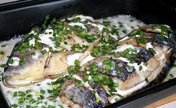 Сытные караси в сметане приготовленные в духовке готовы