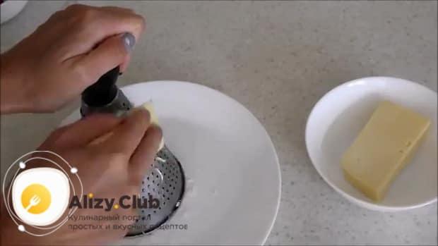 Для приготовления картошки в духовке с сыром.  натрите чеснок
