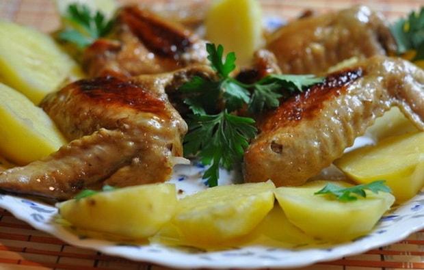 Приготовьте куриные крылышки в томатном соусе на сковороде