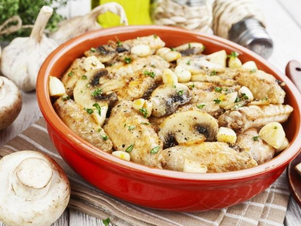 Попробуйте приготовить куриные крылышки в сметане на сковороде