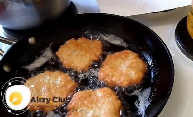 Для приготовления куриных оладий с сыром, обжарьте фарш