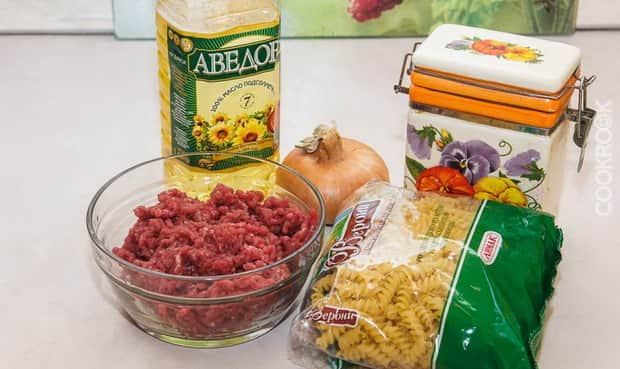 Для приготовления макарон по флотски с тушенкой подготовьте ингредиенты