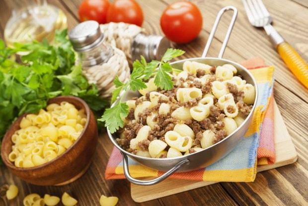 Для приготовления макарон по флотски с тушенкой соедините ингредиенты