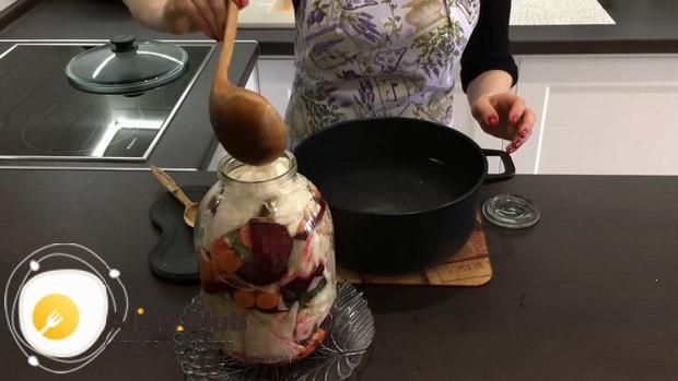 Для приготовления маринованной капусты со свеклой, залейте маринадом овощи