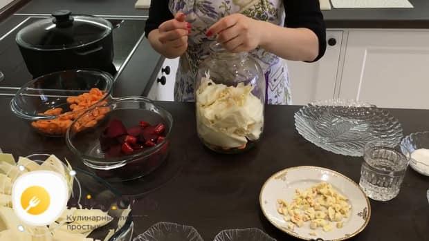 Для приготовления маринованной капусты со свеклой, выложите овощи в банку