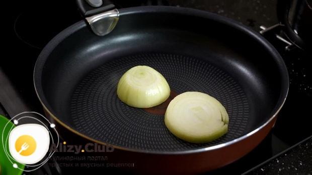Для приготовления маринованных куриных яиц, обжарьте лук