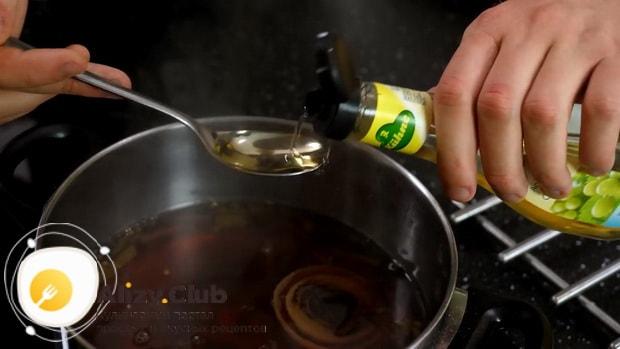 Для приготовления маринованных куриных яиц, приготовьте маринад