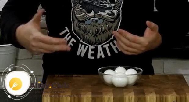 Для приготовления маринованных куриных яиц, отварите яйца