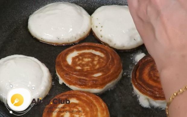 Для приготовления оладии на кефире, обжарьте тесто с двух сторон