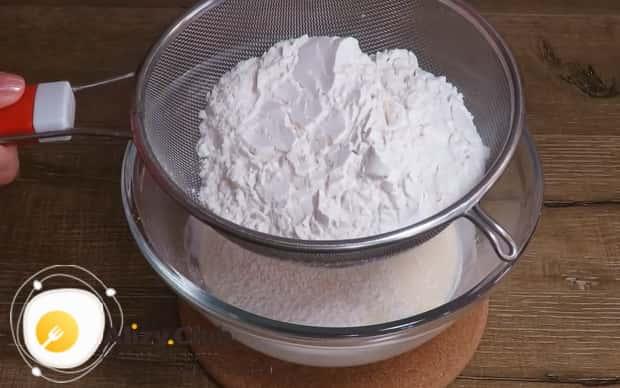 Для приготовления оладии на кефире,добавьте муку