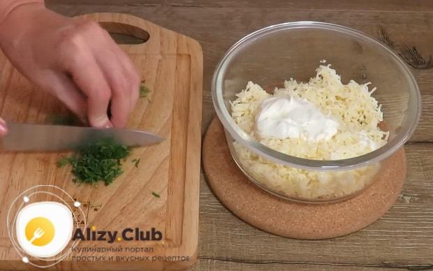 Для приготовления оладии на кефире, нарежьте зелень