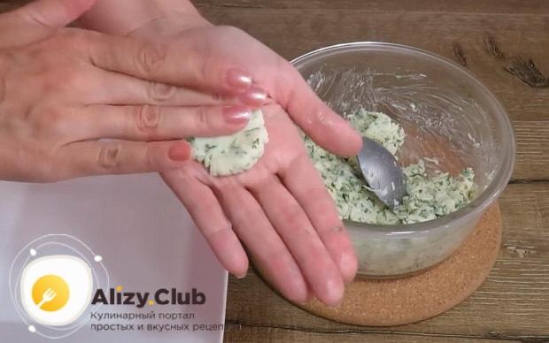 Для приготовления оладии на кефире, сформуйте начинку